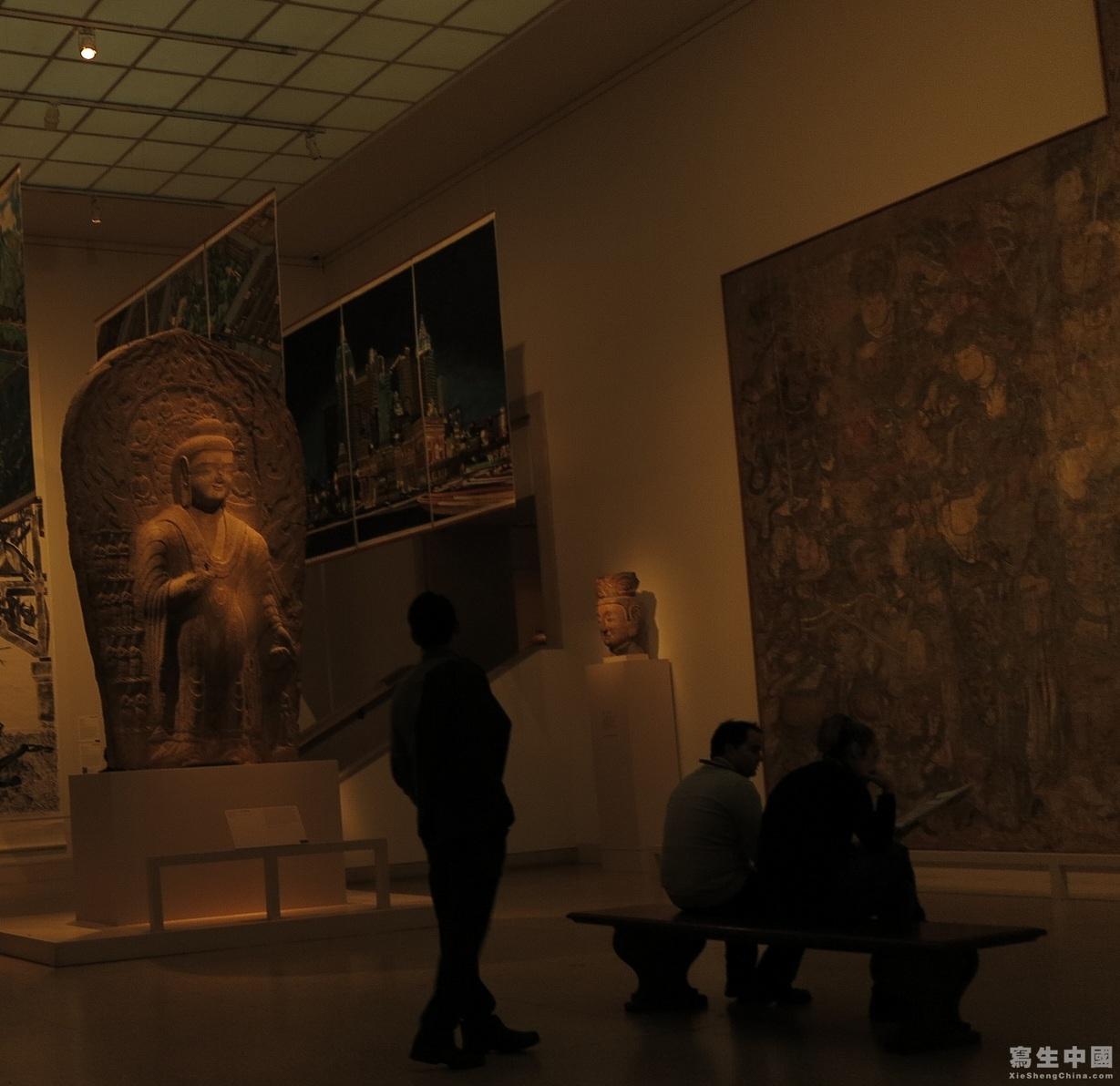 看了这些东西,的感想是,搞中国美术史的人,光呆在国内可能局限了眼光,很多好东西都在国外。 绘画上,搞中国美术史的在文人画上下的功夫很大,但是非文人的艺术叙述上单薄。 纸和绢上的中国绘画见到一些,材料所限,留存下来很少,特别是宋以前,即使留下来也非常昏暗了。 但是,看到希腊和希腊化时期,画在木板上用热蜂蜡掺颜料画的死者生前像却如新一般,另外就是马赛克也是颜色保留得很好。 另外就是,中国建筑砖木结构,比起西方石头结构存留下来的少,很多古建是坍塌、焚毁后复建的,真正能从宋辽坚持下来凤毛麟角。 至于,写生对于中国